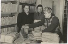 [Przygotowywanie kompletów książek dla terenowych punktów bibliotecznych w Powiatowej Bibliotece Publicznej w Kętrzynie]