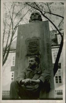 Marian Modzelewski przed pomnikiem Mrongowiusza