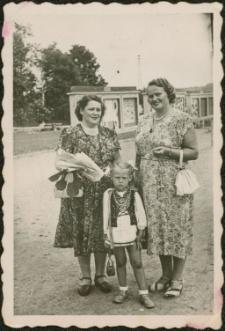 Maria Zgiet z córką Basią na Placu PCK w Mrągowie 1952