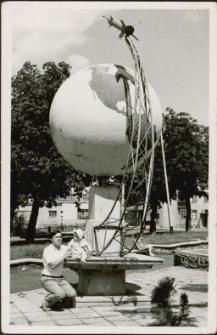 Sławomir Stefaniak przed pomnikiem na Placu PCK w Mrągowie 1977