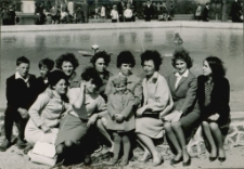 [Kobiety i dzieci przy fontannie na Placu PCK w Mrągowie 1966]