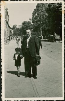[Ojciec i syn na ulicy Królewieckiej w Mrągowie 1955]