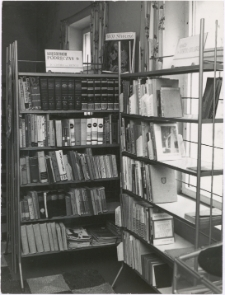 [Księgozbiór podręczny w czytelni Gromadzkiej Biblioteki Publicznej w Sorkwitach. 2]