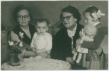 [Stefania Przybylska i Celina Krauze z wnuczkami]