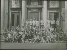 [Uczestnicy pleneru malarskiego przed mrągowskim domem kultury 1973. 1]