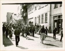 Harcerze w pochodzie pierwszomajowym 1986. [3]