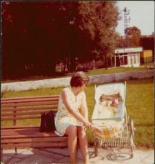 [Matka z dzieckiem na Placu PCK w Mrągowie 1972. 2]