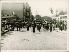 Orkiestra wojskowa w pochodzie pierwszomajowym