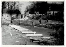 Budowa kładki nad jeziorem Kalwa w Pasymiu. [1]