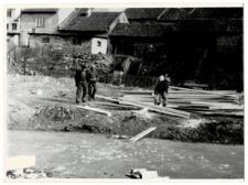 Budowa kładki nad jeziorem Kalwa w Pasymiu. [3]