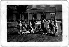 Grupa przedszkolna na placu zabaw [2]