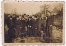 Grupa uczniów na boisku szkolnym 1953r.