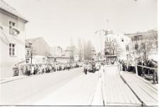 [Trybuna honorowa i ulica Ratuszowa przed pochodem pierwszomajowym w Mrągowie 1973]
