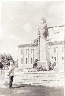 [Kwiaty przed pomnikiem Rocha w Mrągowie 1969]