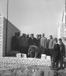 [Uroczyste wmurowanie aktu erekcyjnego na budowie szkoły Tysiąclecia w Mrągowie 1964]