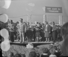 [Uczestnicy uroczystości wmurowania aktu erekcyjnego na budowie szkoły Tysiąclecia w Mrągowie 1964. 1]