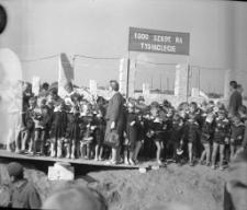 [Uczestnicy uroczystości wmurowania aktu erekcyjnego na budowie szkoły Tysiąclecia w Mrągowie 1964. 2]