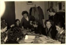[Szkolenie bibliotekarzy w Powiatowej i Miejskiej Bibliotece Publicznej w Mrągowie 1957]