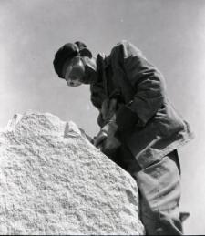 [Wykuwanie rzeźby rycerza Rocha w Mrągowie 1969. 2]