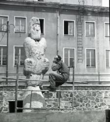 [Wykuwanie rzeźby rycerza Rocha w Mrągowie 1969. 4]
