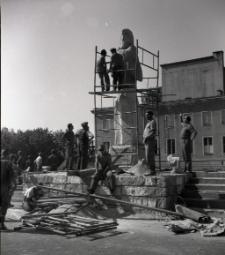 [Pomnik Rocha przed odsłonięciem Mrągowo 1969. 1]