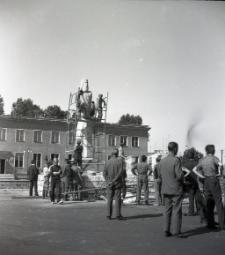 [Pomnik Rocha przed odsłonięciem Mrągowo 1969. 3]