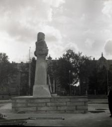 [Pomnik Rocha przed odsłonięciem Mrągowo 1969. 5]