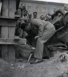 [Uroczyste wmurowanie aktu erekcyjnego przy pomniku Rocha w Mrągowie 1969]