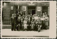 """[Zdjęcie zbiorowe przed budynkiem """"starej poczty"""" w Mrągowie 1947]"""
