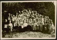 [Grupa chłopców i dziewcząt przystępujących do Pierwszej Komunii Świętej Mrągowo 1947]