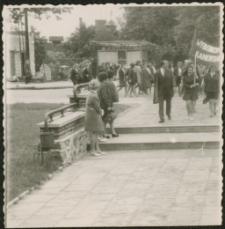 Pochód pierwszomajowy przed mrągowskim domem kultury