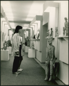 [Zwiedzający wystawę w galerii mrągowskiego domu kultury. 4]