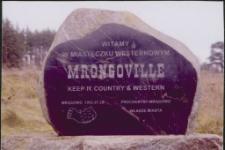 """[Kamień z napisem """"Witamy w Miasteczku Westernowym Mrongoville""""]"""