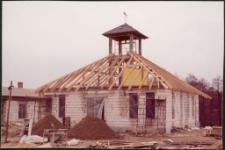 Budowa ratusza w Miasteczku Westernowym Mrongoville. [1]