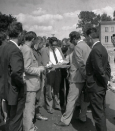 [Delegacja na ulicy Lenina w Mrągowie 1969. 2]