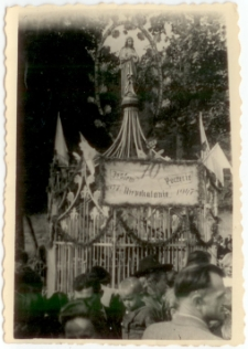 [Pielgrzymi przy kapliczce podczas obchodów 70-tej rocznicy Objawień w Gietrzwałdzie. 1]