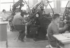 [Pracownicy Oddziału Składu Maszynowego Olsztyńskich Zakładów Graficznych przy pracy]