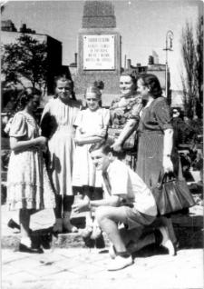[Zdjęcie rodzinne przy pomniku bojowników o polskość Warmii i Mazur w Olsztynie]