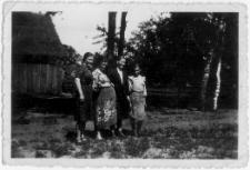 Zofia Prusik z rodziną przed domem w Baranowie k. Ostrołęki