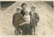 Zofia Prusik z najmłodszymi członkami rodziny Prusików