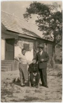 Zofia, Bolesław i Jan Prusik przed domem w Baranowie k. Ostrołęki