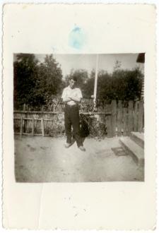 Jan Prusik przy wejściu do domu rodzinnego w Baranowie