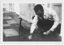 Jan Prusik z kotem Ramzesem na korytarzu Sanatorium w Zakopanem