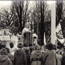 [Poświęcenie sztandaru Solidarności Rominckiego Kombinatu Rolnego na placu Zwycięstwa w Gołdapi. 26.04.1981 r. 4]