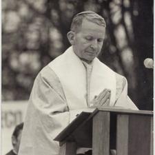 [Poświęcenie sztandaru Solidarności Rominckiego Kombinatu Rolnego na placu Zwycięstwa w Gołdapi. 26.04.1981 r. 2]