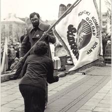[Poświęcenie sztandaru Solidarności Rominckiego Kombinatu Rolnego na placu Zwycięstwa w Gołdapi. 26.04.1981 r. 11]