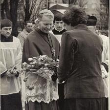 [Poświęcenie sztandaru Solidarności Rominckiego Kombinatu Rolnego na placu Zwycięstwa w Gołdapi. 26.04.1981 r. 13]