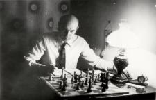 [Ryszard Sternik przy szachownicy. 2]