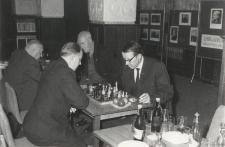 [Rozgrywki szachowe podczas spotkania towarzyskiego olsztyńskich szachistów. 1]
