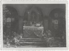 [Ołtarz polowy na Starym Mieście w Olsztynie podczas uroczystości Bożego Ciała]